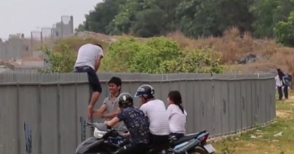 Sinh viên làng đại học Thủ Đức bất chấp nguy hiểm, trèo rào sắt vào Hồ Đá tử thần