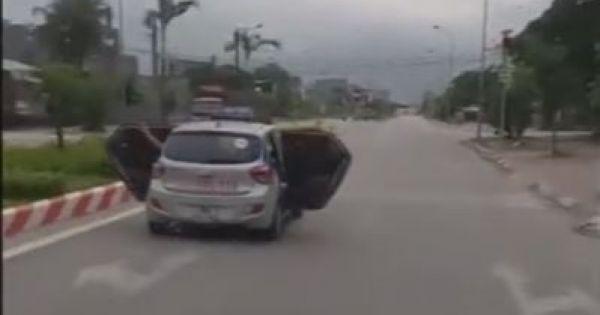 Taxi bung hai cửa lao vun vút trên đường