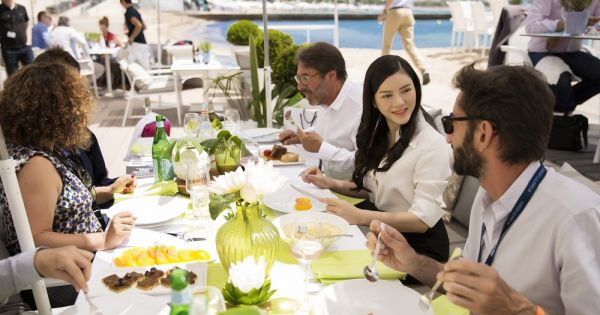 Lý Nhã Kỳ gặp gỡ giới điện ảnh Cannes