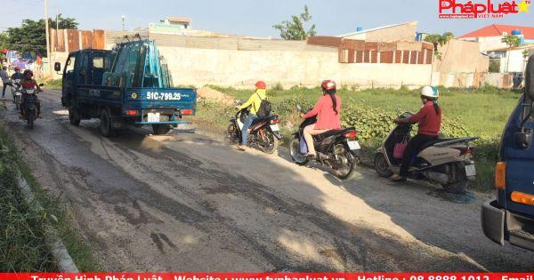 TPHCM: Đường bị băm nát do xe tải đua nhau trốn trạm thu phí