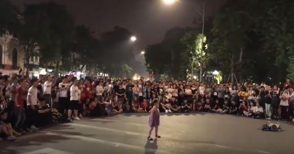 Điệu nhảy bóng bóng bang bang đáng yêu của cô bé trên đường phố