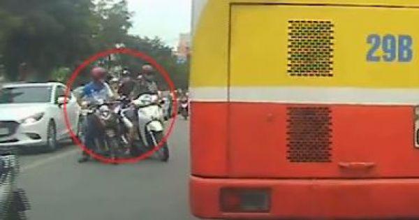 Camera hành trình chộp cảnh dàn dựng đụng xe cướp túi xách