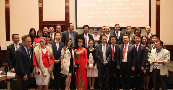 Thủ tướng gặp gỡ cộng đồng người Việt, doanh nhân và lưu học sinh Việt Nam tại Đức.