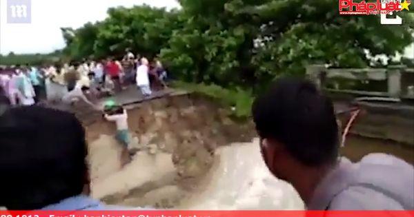Cố vượt qua cầu sắp sập, 2 mẹ con bị lũ cuốn trôi