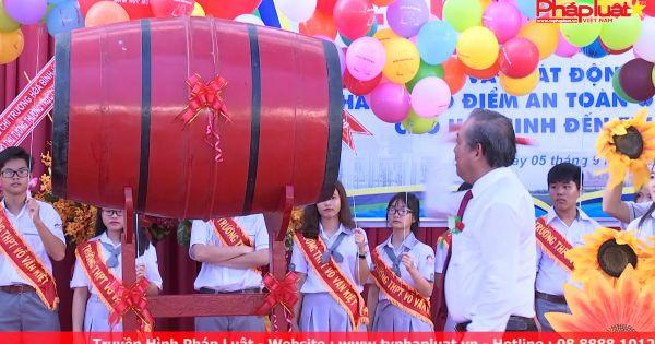 Phó Thủ tướng Trương Hòa Bình đánh trống khai giảng và phát động tháng ATGT