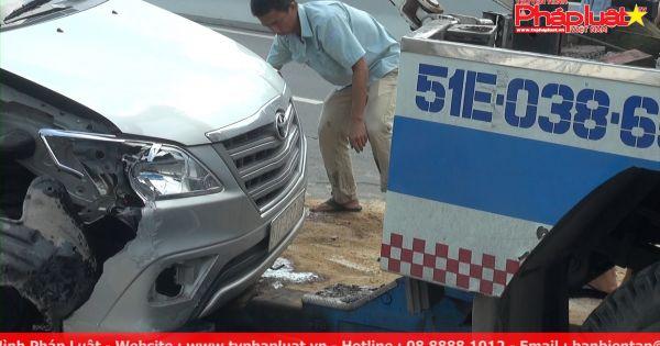 Ô tô lật nhào trên cầu vượt Nguyễn Hữu Cảnh