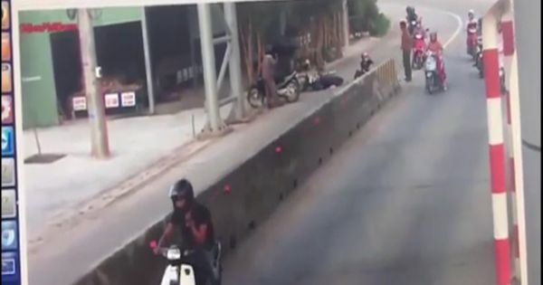 Tài xế mở cửa gây tai nạn cho người đi đường rồi bỏ chạy
