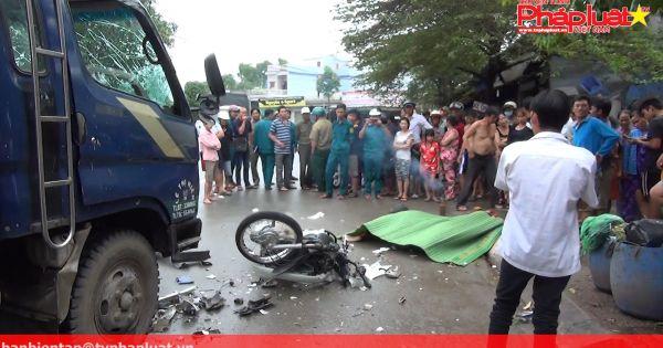 Lao xe máy vào xe tải, hai thanh niên tử vong