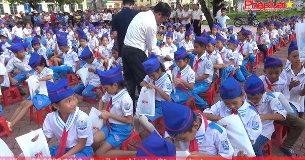 Hà Tĩnh: Trao quà từ thiện cho học sinh vùng lũ