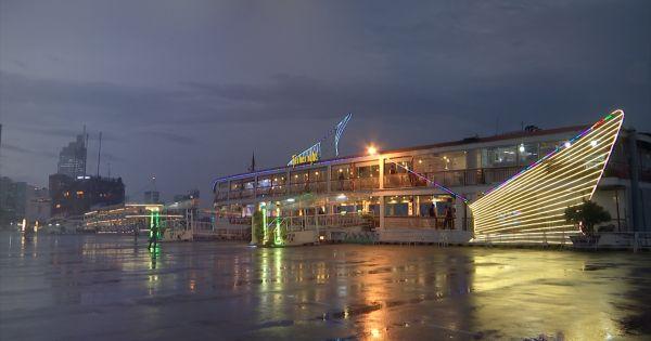Lãng mạn bữa tối trên tàu nhà hàng Bến Nghé