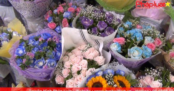 Người dân chi tiền triệu mua hoa tặng chị em phụ nữ ngày 20 tháng 10