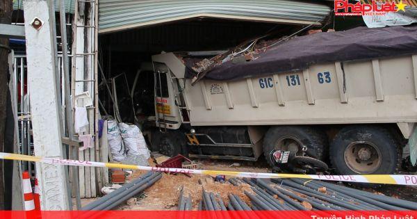 Xe benmất thắng lao vào cửa hàng vật liệu xây dựngtông nát nhiều phương tiện, 3 người bị thương