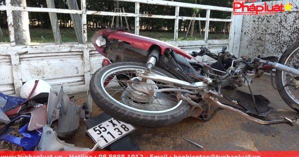 Ô tô va chạm xe máy, 2 người thương vong