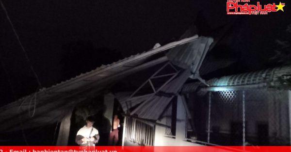 Bình Dương: Mưa lớn khiến nhiều nhà tốc mái, cột sóng cao 20m gãy đổ vào 2 nhà dân