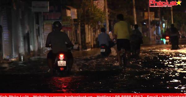 TP HCM mưa lớn, ngập sâu, nhà sập do ảnh hưởng bão số 14