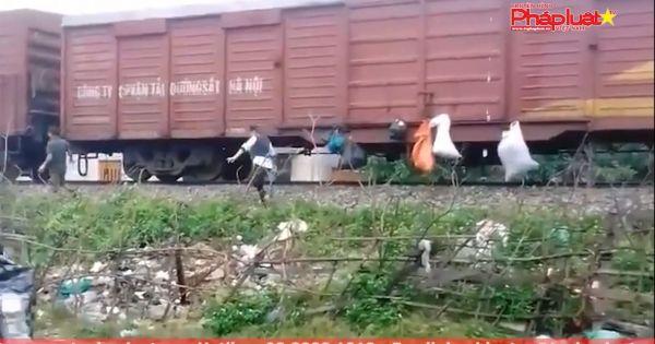"""Hà Tĩnh: Người dân Hương Khê treo rác trên tàu """"gửi"""" vào Nam"""
