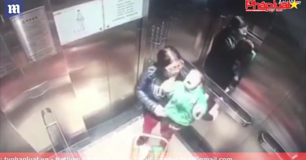 Mẹ vừa quay lưng đi, con bị giúp việc đấm thùm thụp trong thang máy