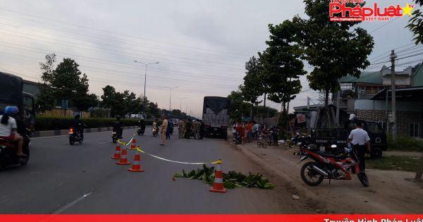 Bình Dương: Tông đuôi xe tải dừng đỗ bên đường, hai người thương vong
