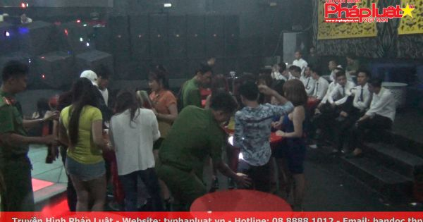 Hàng trăm cảnh sát đột kích quán bar lúc rạng sáng