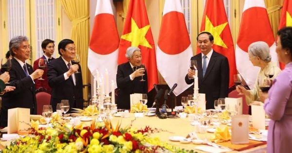 Nhật hoàng làm thơ về chuyến thăm Việt Nam