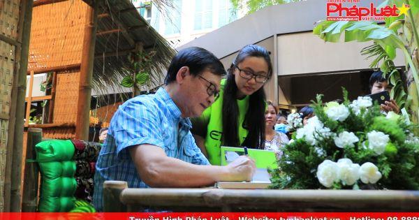 Sách và Bạn kỳ 5: Giới trẻ xếp hàng dài chờ được nhà văn Nguyễn Nhật Ánh ký tặng sách