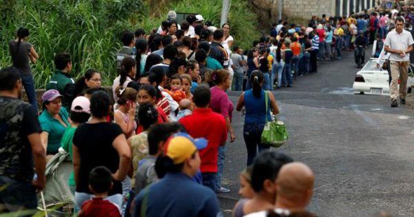 Venezuela mất nhiều giờ xếp hàng vẫn không rút nỗi một USD