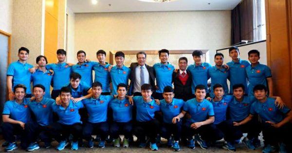 Đại sứ Quán Việt Nam tại Trung Quốc đến thăm và động viên các cầu thủ U23 Việt Nam