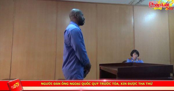 Người đàn ông ngoại quốc quỳ trước tòa, xin được tha thứ