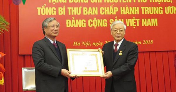 Tổng Bí thư Nguyễn Phú Trọng được trao Huy hiệu 50 năm tuổi Đảng