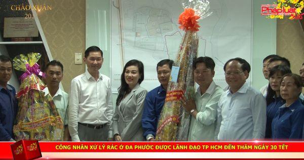 Công nhân xử lý rác Đa Phước được lãnh đạo TP HCM đến thăm ngày 30 Tết.
