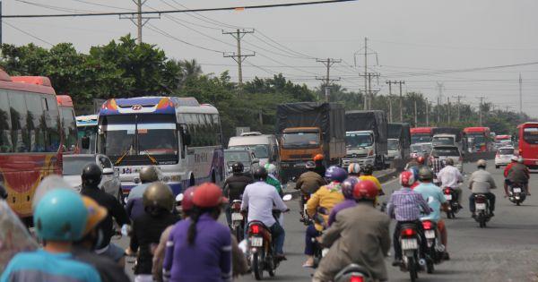 Số lượng ôtô đổ về miền Tây nhiều gây ùn tắc nhiều nơi
