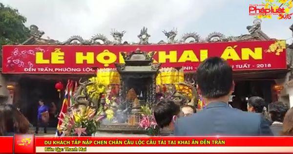 Du khách tấp nập chen chân cầu lộc cầu tài tại Khai ấn Đền Trần