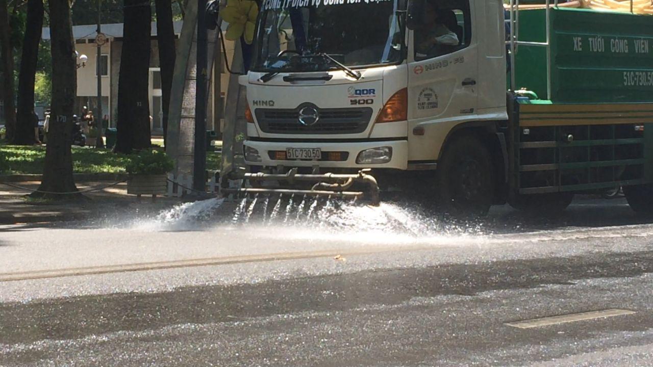 TPHCM: Xe tưới nước xuống đường giảm nhiệt trong mùa nắng