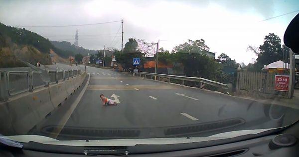 Bé 8 tháng tuổi bò qua đường trước dòng xe ô tô lao vun vút