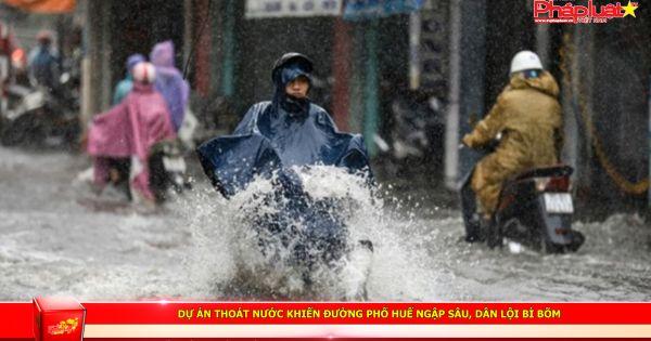 Dự án thoát nước khiến đường phố Huế ngập sâu, dân lội bì bõm