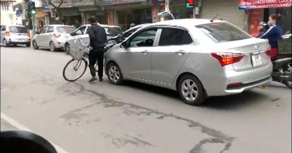 Người đàn ông đi xe đạp chặn cả đoàn xe khiến dân mạng bức xúc