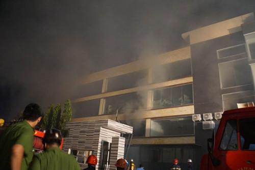 TPHCM: Cháy lớn tại kho bánh kẹo ABC Bình Tân