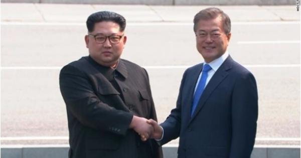 Nhà lãnh đạo Triều Tiên ông Kim Jong-un lần đầu gặp mặt Tổng thống Hàn Quốc Moon Jae-in