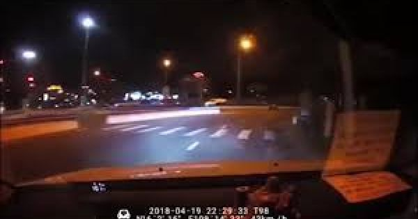 Ném đá xe khách: Nam thanh niên bị xích cổ, quỳ giữa đường