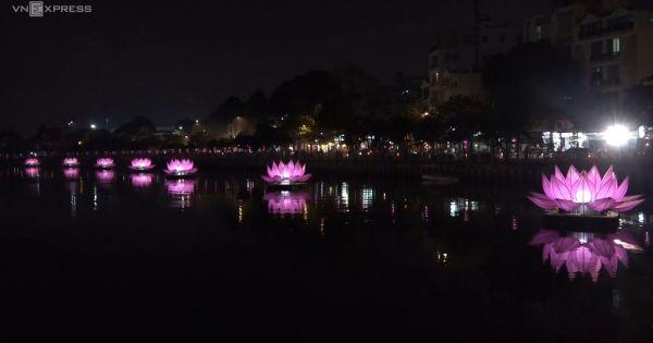 Bảy đóa sen khổng lồ được thắp sáng trên kênh Nhiêu Lộc