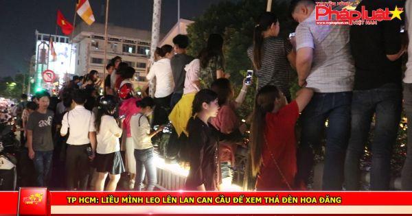 TP HCM: Liều mình leo lên lan can cầu để xem thả đèn hoa đăng