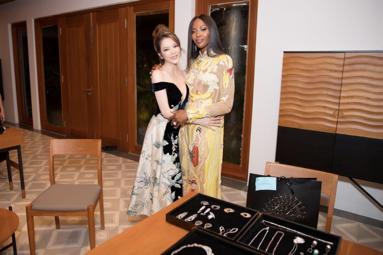 """""""Báo đen"""" Naomi Campbell diện trang sức của Lý Nhã Kỳ dự sự kiện"""