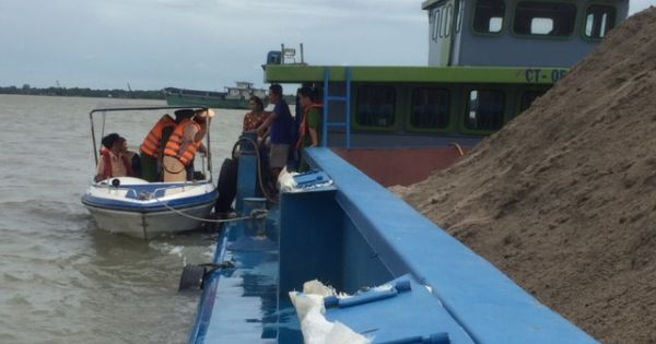 Phát hiện hàng chục sà lan chở cát không rõ nguồn gốc