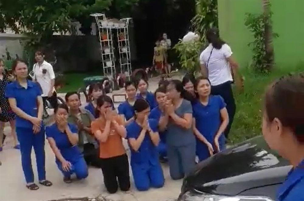 Nghệ An: Hàng chục giáo viên mầm non quỳ gối để xin được tiếp tục dạy trẻ
