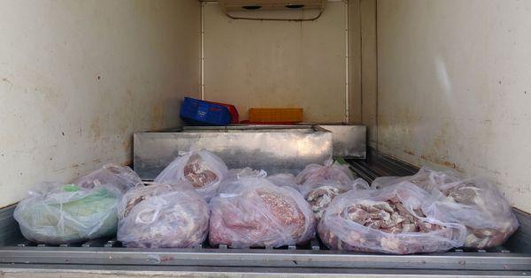CSGT bắt giữ xe chở hơn 300 kg nội tạng, thịt động vật bốc mùi hôi thối