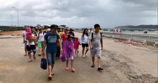5.000 du khách trên đảo Cô Tô vẫn chưa thể về đất liền