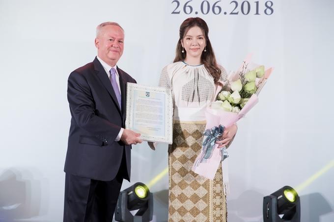 Dàn sao Việt tới chúc mừng Lý Nhã Kỳ trở thành Lãnh sứ danh dự của Rumani