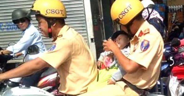 Xúc động hình ảnh CSGT đưa bé trai đi cấp cứu giữa trưa nắng