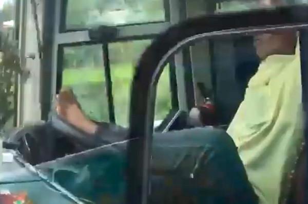 Sa thải tài xế dùng chân lái xe giường nằm