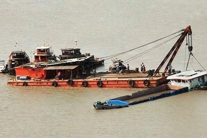 Đã tìm thấy thi thể 2 nạn nhân trong vụ chìm sà lan trên sông Sài Gòn